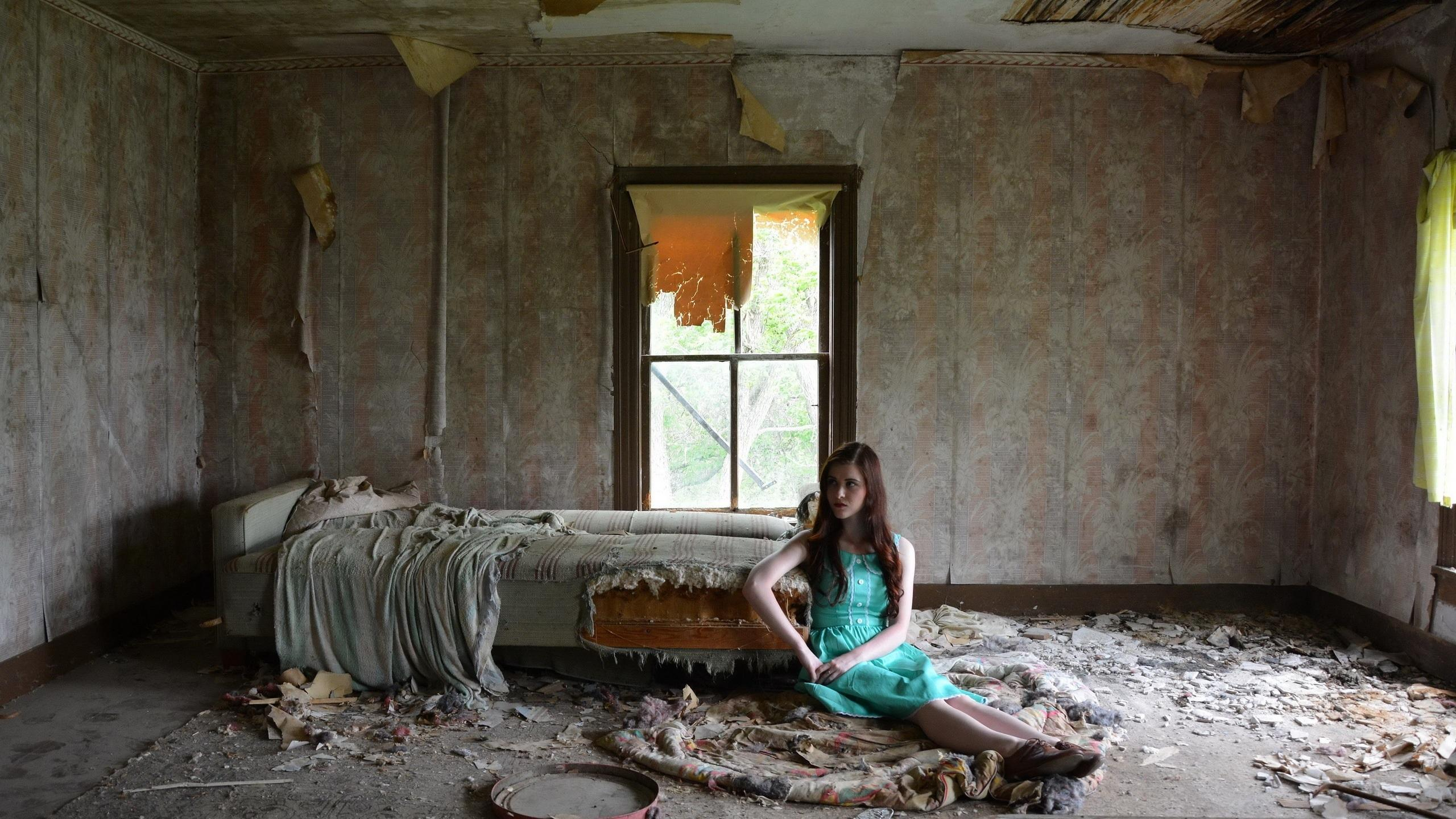 Beautiful Baby Girl Hd Wallpapers 1080p Hd Woman Sitting In The Abandoned Room Wallpaper