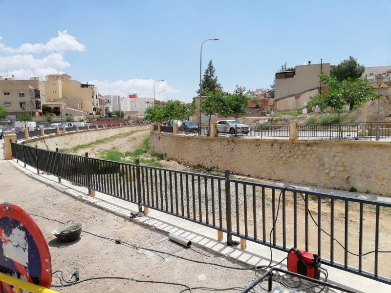 La Concejalía de Obras e Infraestructuras está colocando una baranda que complete el cauce del margen derecho de la rambla de La Santa hasta el arco de Las Ollerías