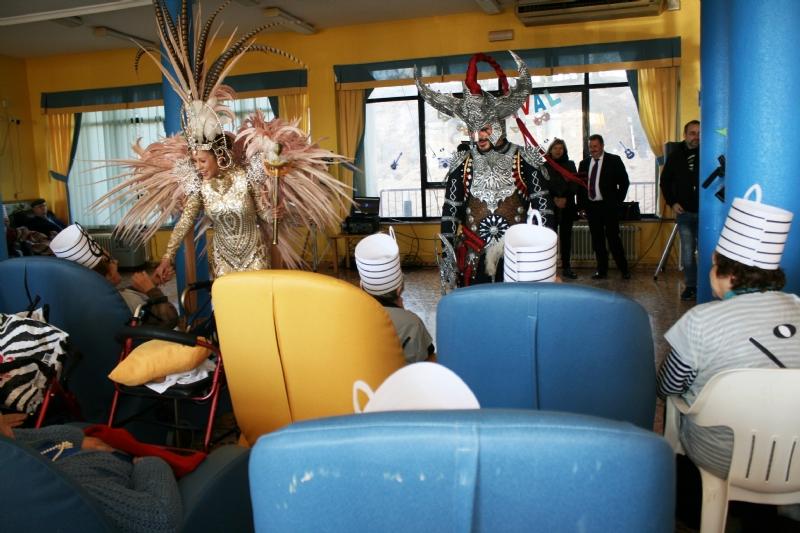 """Autoridades locales acompañan a La Musa y Don Carnal en su tradicional visita a la residencia """"La Purísima"""" y a los Centros de Día de para Personas con Discapacidad Intelectual y Enfermedad Mental"""