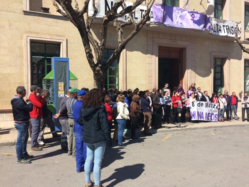 Autoridades del Gobierno municipal participan en el acto de apoyo a la huelga general parcial convocada por UGT y CCOO con motivo del Día Internacional de la Mujer