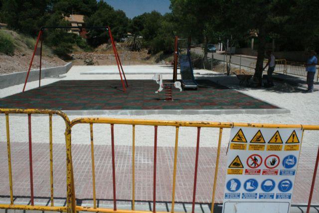 """Entra en su última fase de ejecución la construcción de la nueva área de juegos infantiles en la urbanización """"La Charca"""", la primera existente en este espacio residencial"""