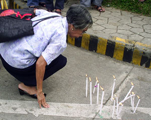 An IFI parishioner paying her respects to Ramento (davaotoday.com photo by Cheryll F. Fiel)