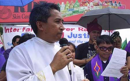 Bishop Delfin Callao Jr. at a Davao rally denouncing the murder of Bishop Alberto Ramento. (photo by Cheryll D. Fiel)