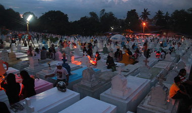 REMEMBERING THE DEAD.  People prepare for their night vigil at the Wireless Cemetery in Bankerohan village.  (davaotoday.com photo by Ace R. Morandante)