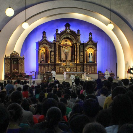 DEVOTIONAL MASS. Hundreds hear the early morning mass Sunday in Davao City's San Pedro Church. Today is the first day of Simbang Gabi, a devotional nine-day series of masses practiced by the Catholics. (davaotoday.com photo by Ace R. Morandante)