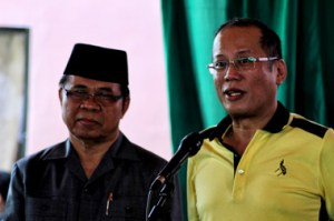 "HISTORICAL INJUSTICE.  In this file photo, President Benigno Aquino III stands beside MILF Chair Al Haj Murad Ebrahim during the Sajahatra Bangsamoro program at the MILF camp in Sultan Kudarat, Maguindanao province February 12.  MCPA's Amira Lidasan said that the GPH-MILF Framework Agreement on the Bangsamoro ""does not include the entire span of issues faced by the people"" following the Sabah crisis in Malaysia.  ""The violence inflicted by the Malaysian forces on troops of the Sultanate in Sabah, being condoned by the President, strikes at the heart of the deep-seated ""historical injustice"" felt by the Moro people leveled on them,"" Lidasan said.  (davaotoday.com photo by Ace R. Morandante)"