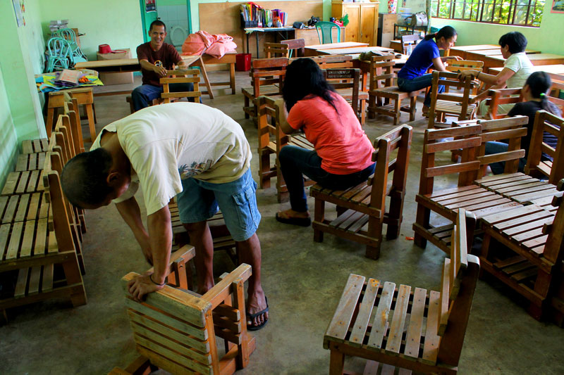 "BRIGADA ESKWELA.  Parents join the 2013 National Schools Maintenance Week Monday in Davao City's Palma Gil Elementary School.  The activity which runs until May 25 is a ""nationwide voluntary effort to do clean up and repairs in public schools to prepare the facilities for the June school opening,"" the Department of Education said.  (davaotoday.com photo by Ace R. Morandante)"