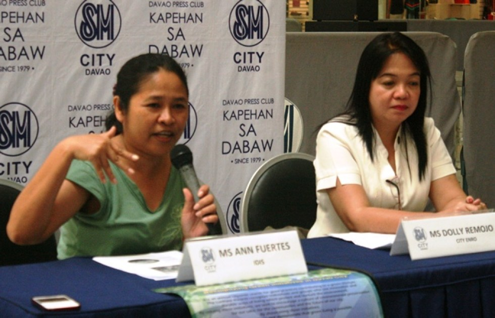 """LUNHAW AWARDS LAUNCHED Ann Fuertes of the Interface Development Interventions (IDIS) and Dolly Remojo of the City Enviroment and Natural Resources Office (CENRO) announced during Monday's Kapehan sa SM the launching of the second Lunhaw Awards, the city's annual recognition of individuals and groups practicing """"green lifestyle"""" such as organic farming, watershed management and waste-cycling. (davaotoday.com photo by Medel V. Hernani)"""