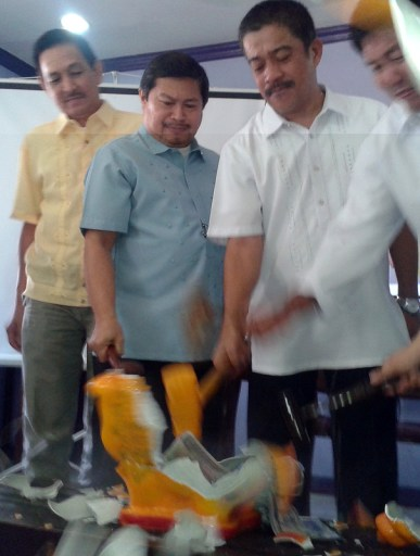 Lawyers smash a pork effigy led by (left) Attys. Jose Edgar Ilagan, IBP Davao President; Manuel Quibod, Free Legal Assistance Group; Bayan Muna Partylist Rep. Carlos Isagani Zarate; and Eduardo Estores, Union of Peoples' Lawyers in Mindanao. (davaotoday.com photo by Tyrone A. Velez)