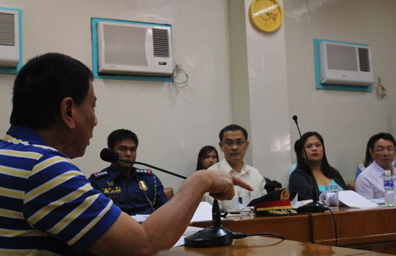 Davao City Mayor Rodrigo Duterte (left) orders traffic enforcers to arrest over-speeding drivers. (davaotoday.com photo by Ace R. Morandante)