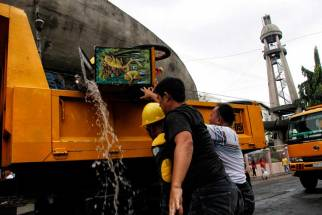 Ice and water pour out from the ice cream cart as it got tilted sideways during the demolition of sidewalk vendors. (davaotoday.com photo by Medel V. Hernani)