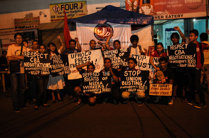 Members of National Union of Journalists in the Philippines (NUJP) expressed support to RMN Employees Union on their strike that started October 2 after negotiations failed on a new Collective Bargaining Agreement. (Ace Morandante/davaotoday.com)