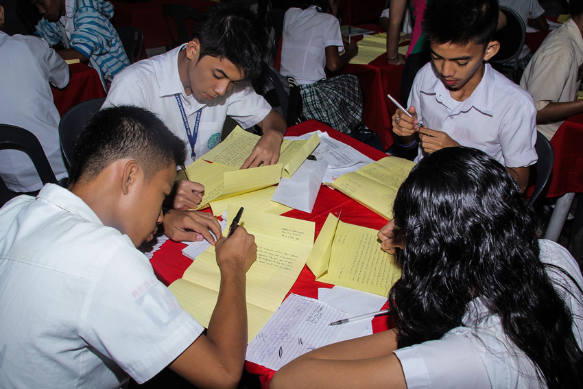 Students from Sta. Ana National High School write letters to their loved ones during the 2nd National Letter Writing Day held at SM Annex, Ecoland, Thursday. The activity is a joint project of the Philippine Post Office, Department of Education and Komisyon ng Wikang Filipino to encourage the new generation to continue the practice of sending letters through the mails. (Ace R. Morandante/davaotoday.com)