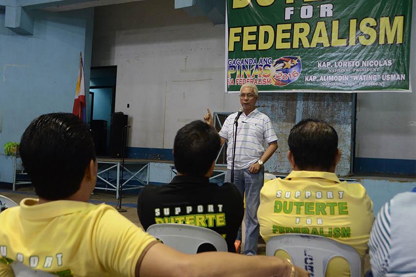 Bohol Mayor Leoncio Evasco gives an input on federalism to Davao City barangay captains Saturday. (Ace R. Morandanate/davaotoday.com)