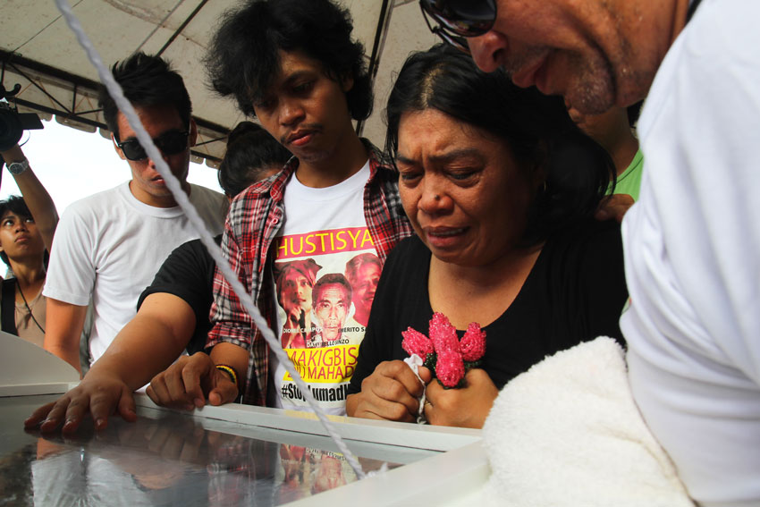SAMARCA FAMILY. The family of Emerito Samarca take their last glimpse of their father at the Butuan Garden Memorial Park in Bancasi, Butuan City.