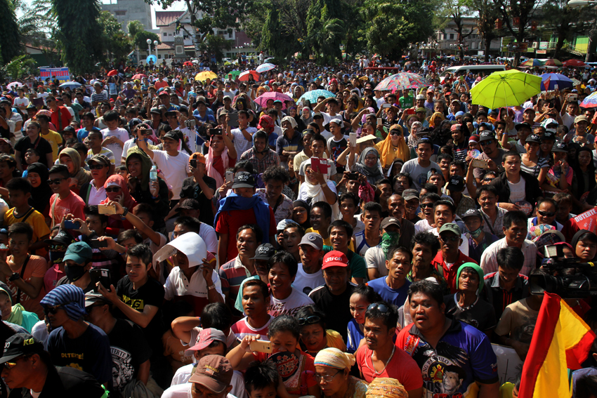 RALLY. Around 3,000 people in Cotabato City Plaza witness the political rally of presidential aspirant Davao City mayor Rodrigo Duterte, Saturday afternoon, February 27. (Ace R. Morandante/davaotoday.com)