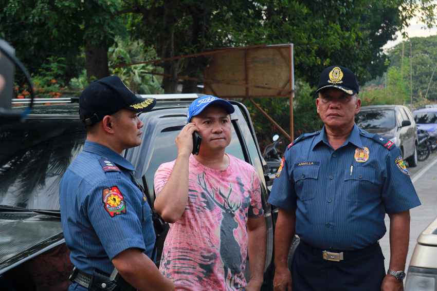 Koronadal City Mayor Peter Miguel (center) talks to an official on how to handle the crisis in his city. Along with him are Police chief Superintendent Noel Armilla of Region 12 (right) and Koronadal Police Director, Police Superintendent Barney Condes. (Ace R. Morandante/davaotoday.com)