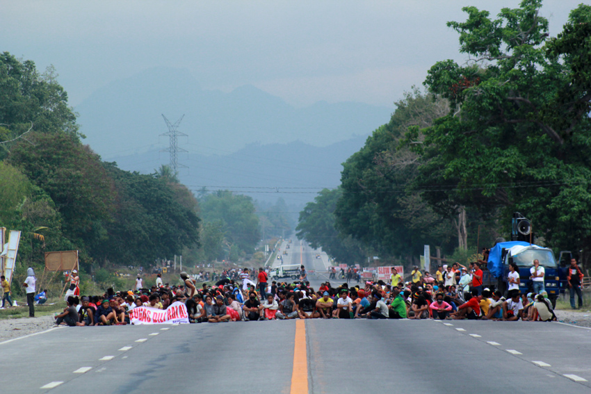 The farmers' protest has totally blocked the national highway on Sunday, April 24. (Ace R. Morandante/davaotoday.com)