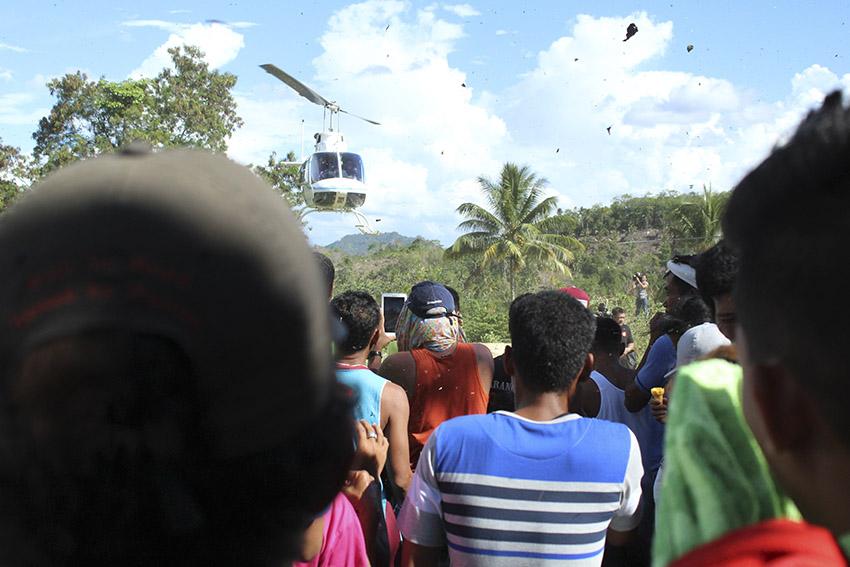 ARRIVAL. The residents of Barangay Lumiad in Paquibato, Davao City welcome Mayor Duterte. (Earl O. Condeza/davaotoday.com)