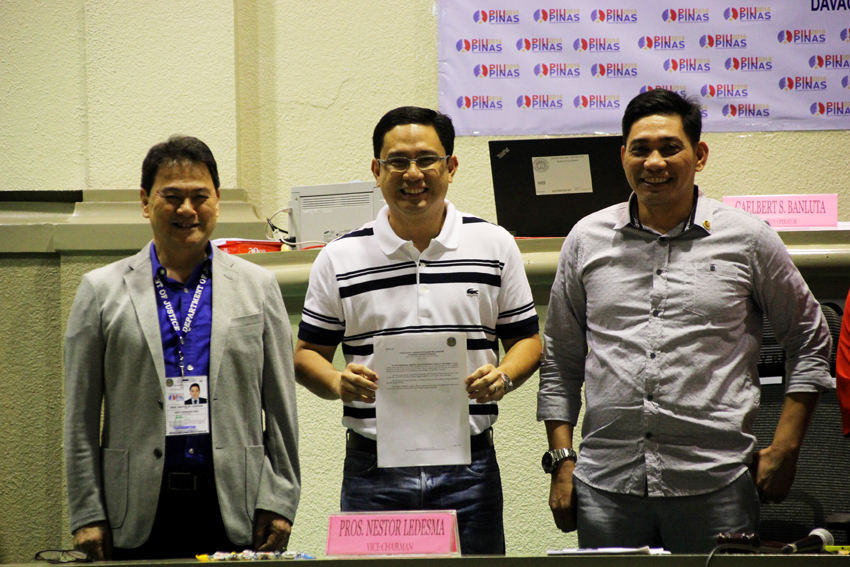 Atty. Manases Carpio, husband of Davao City mayor-elect Inday Sara Duterte-Carpio, receives the certificate of the canvass of votes on Wednesday at the Sangguniang Panglungsod on her behalf. Duterte-Carpio got 576,677 votes in the May 9 elections. (Ace R. Morandante/davaotoday.com)