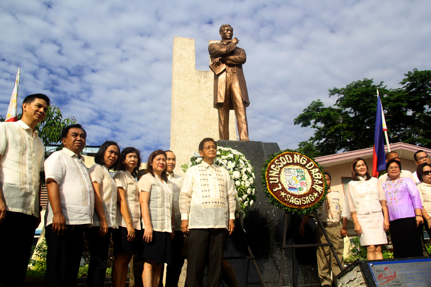 The local Government of Davao City celebrates the 118th anniversary of the Philippine Independence Day and givea tribute in  front of the statue of the P hilippine hero, Dr. Jose Rizal at the Rizal Park, Sunday morning. (Ace R.Morandante/davaotoday.com)