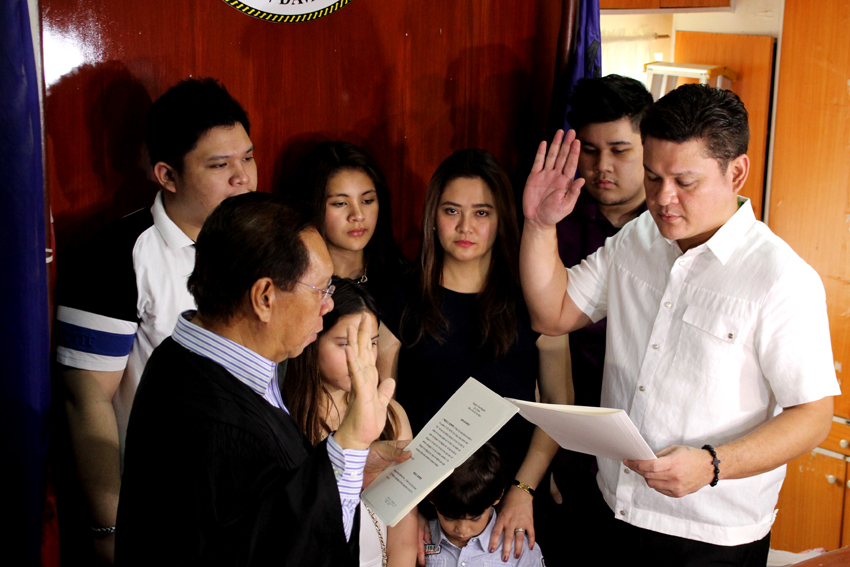 Re-elected Davao City vice mayor, Paolo Duterte, takes his oath before Regional Trial Court Branch 7 Judge Rufino Ferraris Jr at the Hall of Justice in Davao City on Monday morning.(Ace R. Morandante/davaotoday.com)