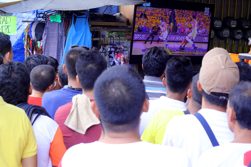 A wide screen television was displayed by a pawnshop in San Pedro street,showing the recent basketball game of the NBA, while passersby stop for a while to watch the game. (Ace R. Morandante/davaotoday.com)