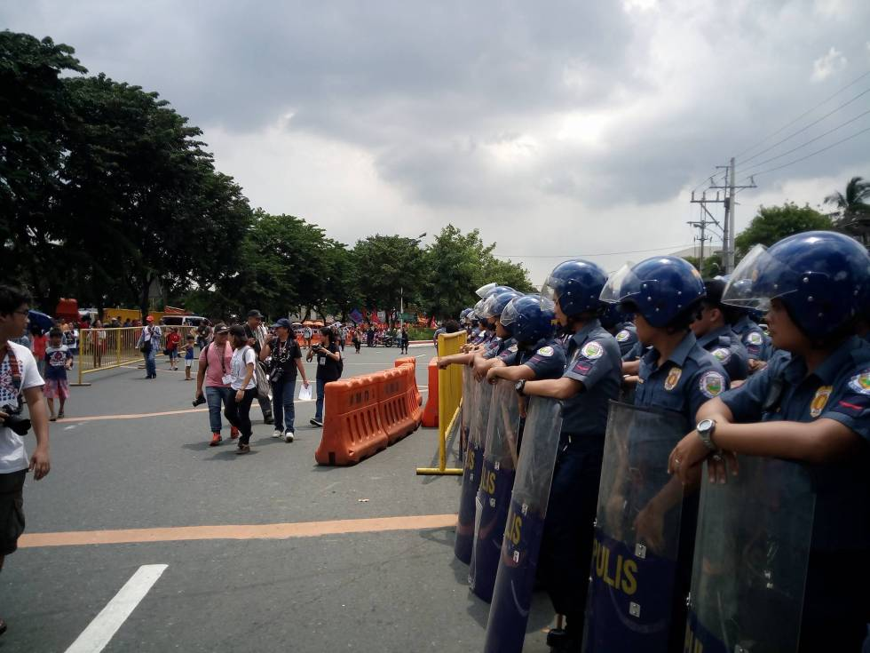NO MORE TENSION. With only a few barricades, there was generally no tension between rallyists and police forces during President Rodrigo Duterte's first State of the Nation Address in Manila on Monday, July 25. (Earl O. Condeza/davaotoday.com)
