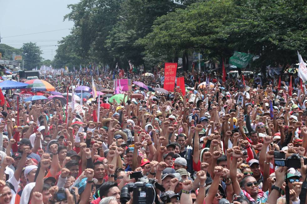 Thousands marched along Commonwealth Avenue in Quezon City for the 'People's State of the Nation Address'. The march ended in the Batasan road where the rallyists held their program some 300 meters away from the Batasan Complex where President Rodrigo Duterte delivered his first SONA. (Earl O. Condeza/davaotoday.com)