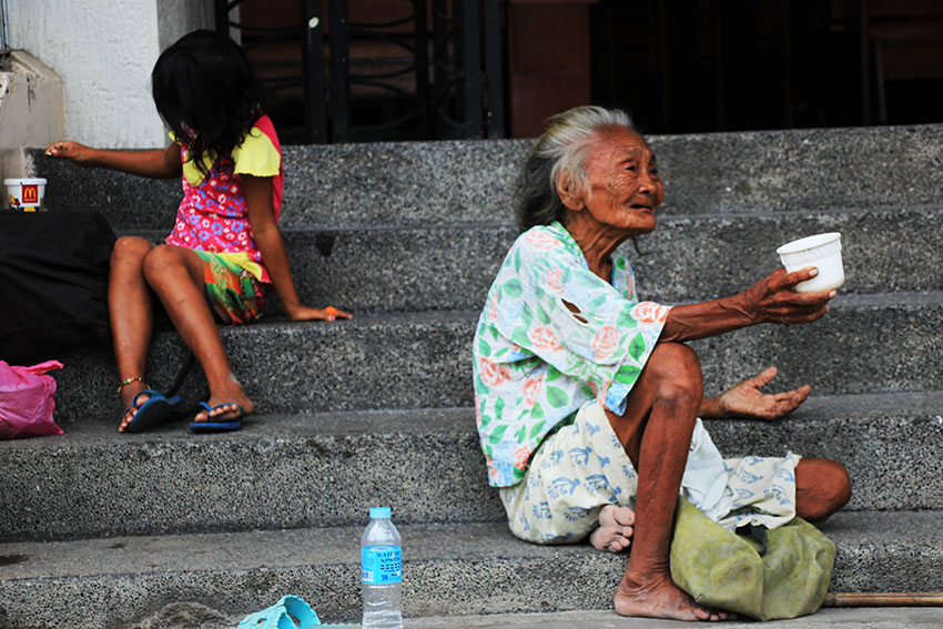 An old woman and a young girl beg for alms on the stairs of the San Pedro Cathedral. A new SWS survey reports that this year, incidence of involuntary hunger rose by as much as 13.7 percent, with a pronounced concentration in Mindanao, where an estimate of 978,000 families went hungry. (Paulo C. Rizal/davaotoday.com)