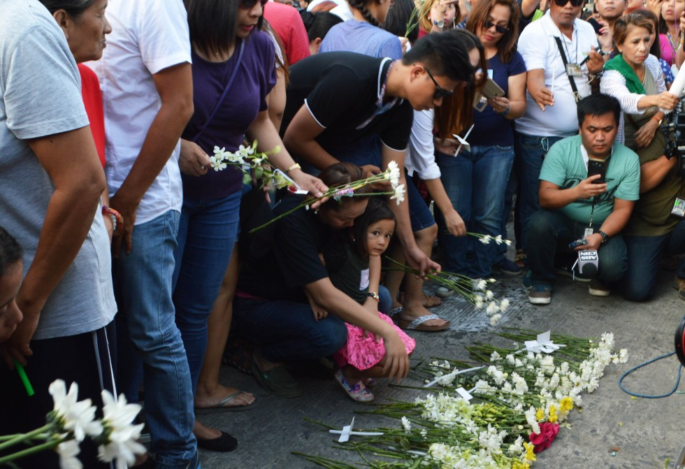 Davaoenos light candles and offer prayers for the victims of Friday's deadly blast in Roxas Avenue, Davao City. (Medel V. Hernani/davaotoday.com)