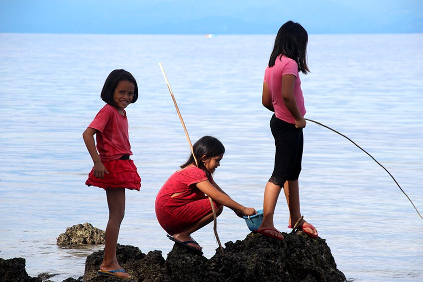 PLAYTIME. It's fishing time for girls in a village in the Island Garden City of Samal as they enjoy the weekend. (Zea Io Ming C. Capistrano/davaotoday.com))