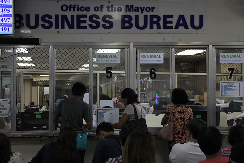 CROWDING. More business owners flock to the office of the Business Bureau inside the Sangguniang Panlungsod along San Pedro street, Davao City on the second day of renewal of permits for this year.(Paulo C. Rizal/davaotoday.com)