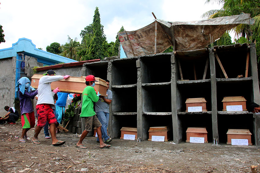 IN PHOTOS| Burying the unclaimed victims of Marawi siege