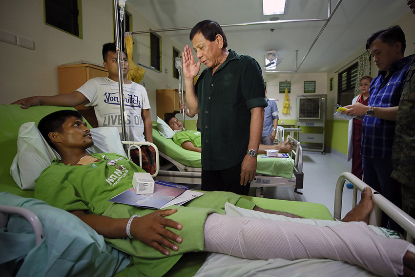 Duterte visits wounded troopers in Davao