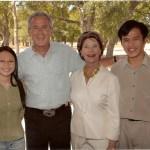 Nguyễn Tiến Trung (phải), Nguyễn Hoàng Lan (trái) cùng cựu Tổng thống George W. Bush và Laura Bush