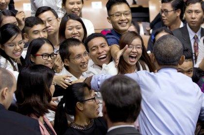 Tổng thống Obama tiếp xúc với giới trẻ trong chuyên thăm Việt Nam. Ảnh: ABC News