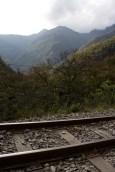 Para llegar a Machu Picchu hay que caminar sobre las vías de un tren antiguo durante tres horas.