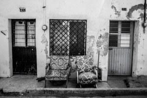 Vecinos y compadres - Dos sillas viejas permanecen fuera de cada casa, en un barrio contiguo a Paseo Santa Lucía