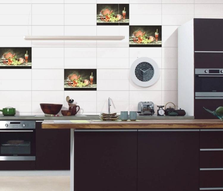 Küche Rückwand - 35 Ideen mit Wandfliesen und Mosaik - weisse kuche mit mosaikfliesen