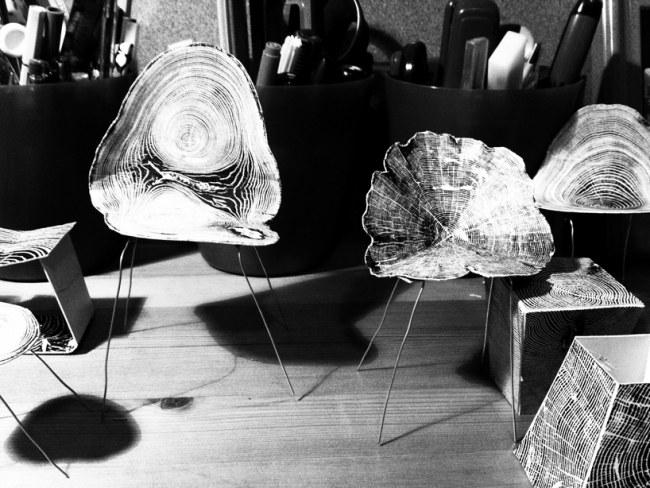 Designer Stühle aus Metall aber mit einer feinen Baumstamm Maserung - designer stuehle metall baumstamm