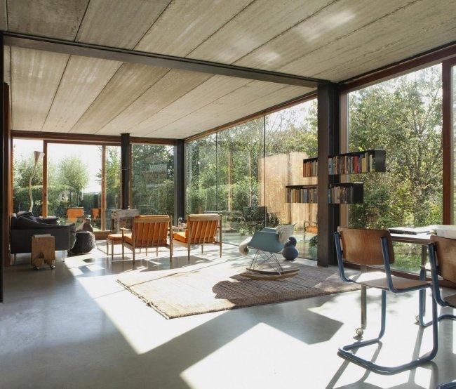 Offener Wohnraum Mit Eingestellter Treppenskulptur - Beton, Holz ...