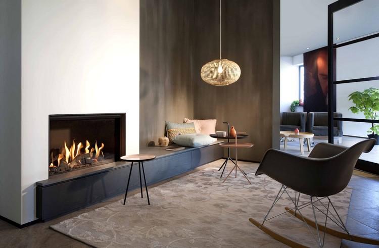 moderner-kamin-gas-geschlossen-wohnzimmer-sitzbank-FAIRO-ECO-LINE - moderne luxus kamine