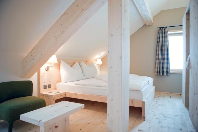 31 Wohnideen für Dachschrägen - Tipps zur Einrichtung - schlafzimmer einrichten holz