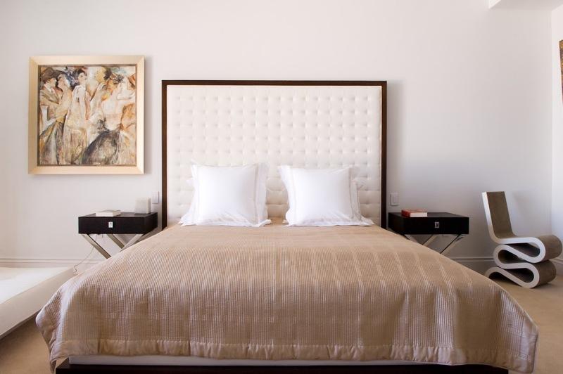 Kopfteil-Bett-weiss-gepolstert-Holz-Rahmen-Schlafzimmer-einrichten - schlafzimmer einrichten wei