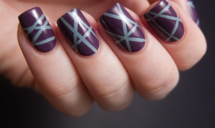 deco-ongles-bande-de-striping-tape-vernis-violet-rayures-bleues