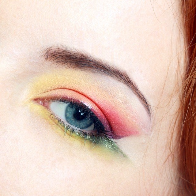 maquillage-yeux-idee-ete--couleurs-jaune-vert-sourcils