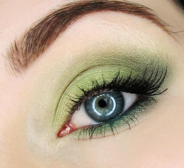 maquillage-yeux-idee-ete-crayon-noir-mascara-fard-vert