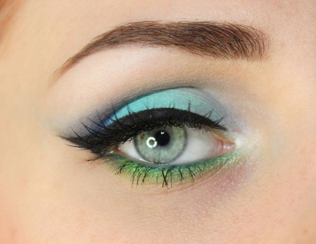 maquillage yeux idee-ete-eye-liner-noir-ombres-paupieres-bleue-verte