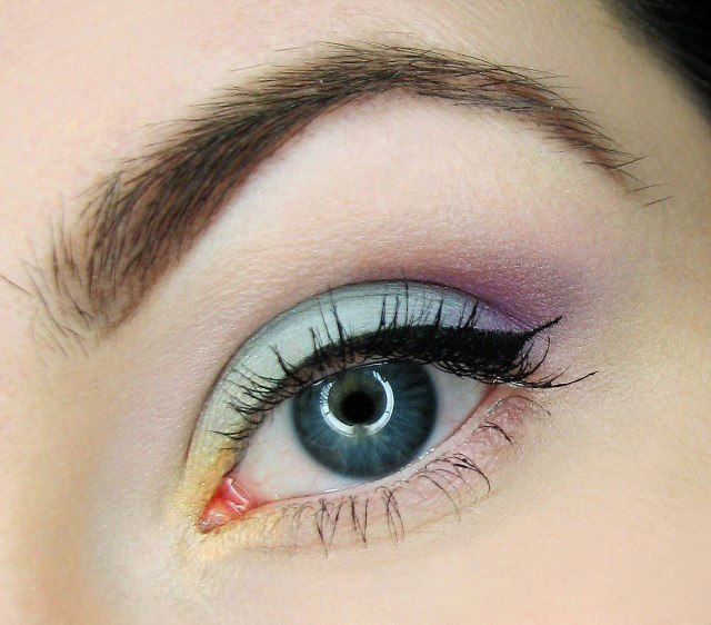 maquillage-yeux-idee-ete-eyel-line-bleu-orange-cils-sourcils